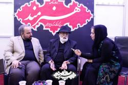 غلامرضا موسوی در غرفه روزنامه هنرمند
