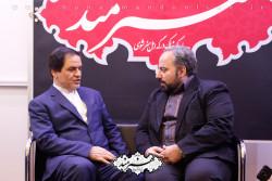 حسین نوش آبادی در غرفه روزنامه هنرمند