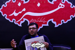 شهرام عبدلی در غرفه روزنامه هنرمند