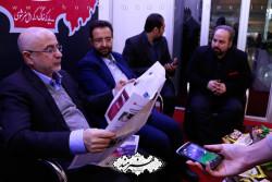 علی مرادخانی و هیات همراه در غرفه روزنامه هنرمند